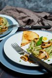Grüne Spinatsteigwaren mit Gemüse vermehren sich Weizentost und -wachteleier explosionsartig stockfoto