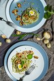 Grüne Spinatsteigwaren mit Gemüse vermehren sich Weizentost und -wachteleier explosionsartig lizenzfreie stockfotografie