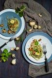 Grüne Spinatsteigwaren mit Gemüse vermehren sich Weizentost und -wachteleier explosionsartig stockfotografie