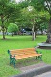 Grüne Stühle im allgemeinen Park Fühlen Sie sich einsam und ruhig lizenzfreie stockfotos