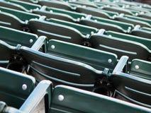 Grüne Stadion-Sitze Stockfotos