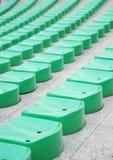 Grüne Stadionsitze Stockfoto