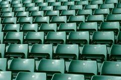 Grüne Stadionssitzplätze Lizenzfreie Stockfotos