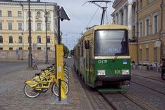Grüne Stadt Helsinki, Finnland - städtische Transporte Tram und Fahrrad Lizenzfreie Stockfotografie