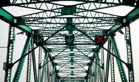 Grüne Stahlbrücke mit Verkehrszeichen Stockfoto