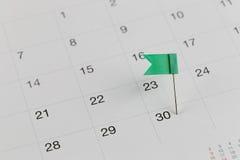 Grüne Stifte zu den Wildkatzen auf dem Kalender neben dem Zahlende von Stockbilder
