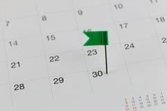 Grüne Stifte zu den Wildkatzen auf dem Kalender neben dem Zahlende von Stockfoto