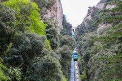 Grüne Straßenbahn in der Berglandschaft, Montserrat, nahe Barcelona, Spanien Lizenzfreies Stockbild