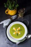 Grüne Suppe des wilden Knoblauchs mit Ei Stockfoto