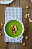 Grüne Suppencremesuppe mit Croutons Stockfoto