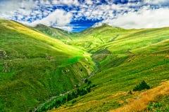 Grüne Täler in den Pyrenäen stockfotos