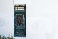 Grüne Tür in der weißen Wand Stockfoto