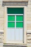 Grüne Tür gegen eine alte Wand Stockfotos
