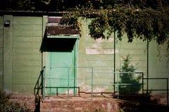 Grüne Türen auf dem Gebäude Stockbilder