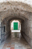 Grüne Türen durch Kotor-Tunnel Stockfotografie