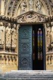 Grüne Türen einer alten französischen Kirche Lizenzfreies Stockfoto