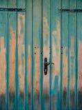 Grüne Türen Hölzerne Beschaffenheit Alte schäbige, bestrahlte Farbe Lizenzfreie Stockfotografie