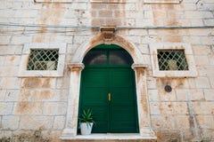 Grüne Türen Hölzerne Beschaffenheit Alte schäbige, bestrahlte Farbe Lizenzfreies Stockfoto
