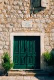 Grüne Türen Hölzerne Beschaffenheit Alte schäbige, bestrahlte Farbe Stockfotografie