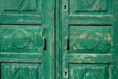 Grüne Türen Hölzerne Beschaffenheit Alte schäbige, bestrahlte Farbe Stockbild