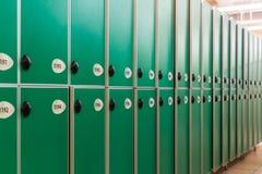 Grüne Türen mit Zahlen und Verschlüssen Stockfotos