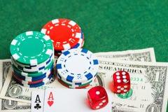 Grüne Tabelle des Kasinos mit Chips, Geld und würfelt Stockbilder