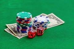 Grüne Tabelle des Kasinos mit Chips, Geld und würfelt Lizenzfreies Stockbild