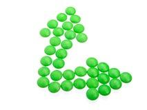 Grüne Tabletten in der Pfeilanordnung Stockbild