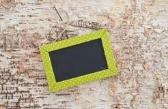 Grüne Tafel auf rustikalem Holz Lizenzfreies Stockfoto