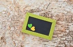 Grüne Tafel auf rustikalem Holz Stockbild