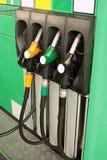 Grüne Tankstelle mit Düsen Lizenzfreies Stockfoto