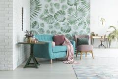 Grüne Tapete im Wohnzimmer stockfoto