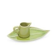 Grüne Teekanne mit der Untertasse lokalisiert auf weißem Hintergrund Stockfoto