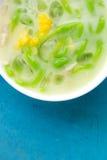 Grüne thailändische Mehlklöße in der Kokosnusscreme und -mais Chomuang (thailändisches Marzipan) Stockfoto