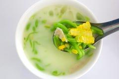 Grüne thailändische Mehlklöße in der Kokosnusscreme und -mais Chomuang (thailändisches Marzipan) Stockfotografie