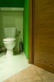 Grüne Toilette Stockfoto