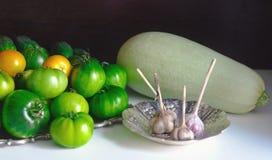 Grüne Tomaten, Knoblauch und Kürbis Lizenzfreie Stockbilder