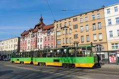Grüne Tram und Gebäude Lizenzfreie Stockfotos