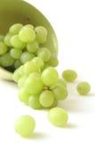 Grüne Traube auf einem weißen Hintergrund stockbild