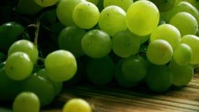 Grüne Trauben auf einer hölzernen Tabelle stock video