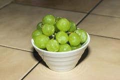 Grüne Trauben in der weißen Schüssel lizenzfreie stockfotos