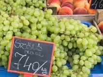 Grüne Trauben an einem Markt Lizenzfreie Stockbilder
