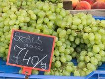 Grüne Trauben an einem Markt Lizenzfreies Stockfoto