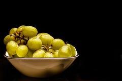 Grüne Trauben in einer Schüssel Stockbild