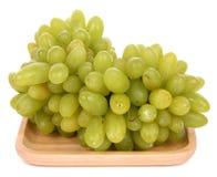 Grüne Trauben lokalisiert auf dem weißen Hintergrund stockfotos