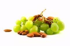 Grüne Trauben und Mandeln. Lizenzfreie Stockbilder