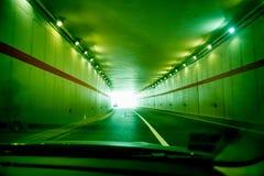 In grüne Tunnellandstraße schnell fahren Lizenzfreies Stockfoto