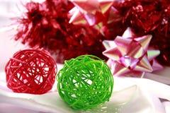 Grüne u. rote Bälle für Dekorationen Lizenzfreies Stockfoto