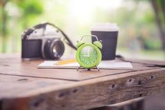 Grüne Uhr und Briefpapier stockbild