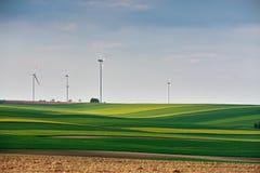 Grüne Umgebung Eco Leistung Windkraftanlagen, die electrici erzeugen lizenzfreies stockbild